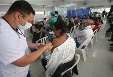 Foto Juan Carlos Torrejón: vacunación en la Uagrm a personas mayores de 40 años.