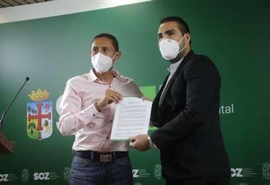 El momento de la posesión de Ignacio García (der), nuevo titular del SDD. Foto: SDD