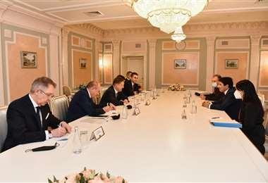 Autoridades nacionales y ejecutivos de Gazprom/Foto: YPFB