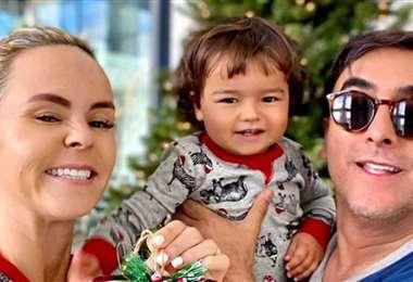 Karla de la Mora y Adal Ramones con su hijo Cristóbal