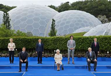 La reina Isabel II junto a los líderes del G7