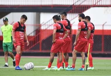 La selección boliviana en su primera práctica en la ciudad de Goiania. Foto: FBF