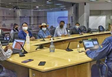 Legisladores en su visita a la subsidiaria de YPFB (Foto: YPFB)