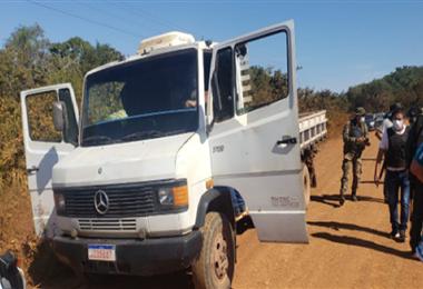 Durante el operativo la Policía secuestró varias armas y un vehículo de los implicados.