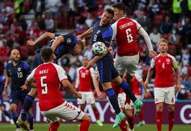 En esta acción llegó el gol de Joel Pohjanpalo para Finlandia. Foto: AFP
