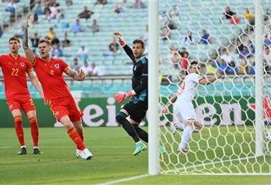 Kieffer Moore (dcha.) fue el autor del empate para Gales. Foto: AFP