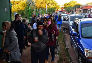 Largas filas esperando ser vacunados en Asunción