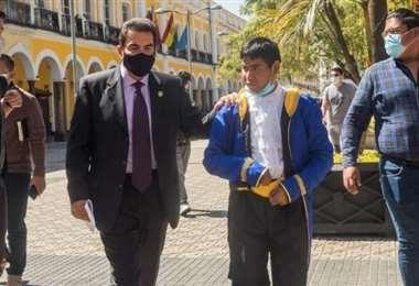 El Alcalde de Cochabamba camina junto con el ratón Armando (Foto: oficial)