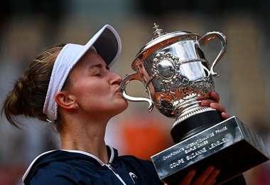 La checa Barbora Krejcikova con el ansiado trofeo en sus manos. Foto: AFP