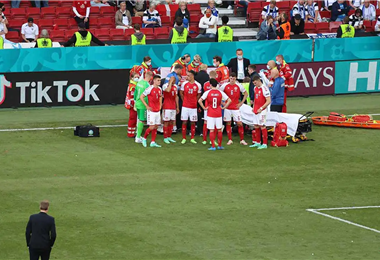Momentos en que atienden al jugador danés Christian Eriksen