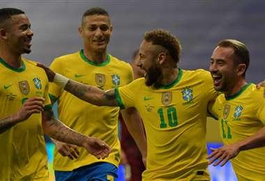 Los jugadores de la selección brasileña celebran la victoria. Foto: AFP