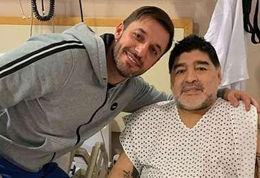 Almirón posa junto a Maradona