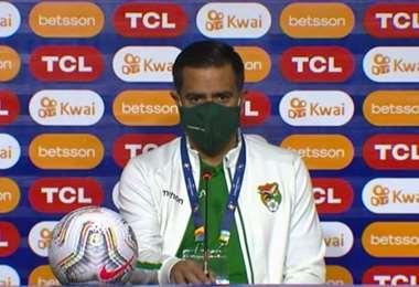 César Farías durante la rueda de prensa en Goiania. Foto: FBF