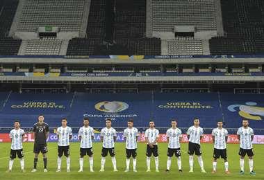 Los jugadores de Argentina y Chile se sumaron al homenaje de Maradona. Foto: AFP