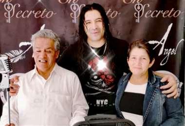 El productor Ángel con el cantante y su esposa su