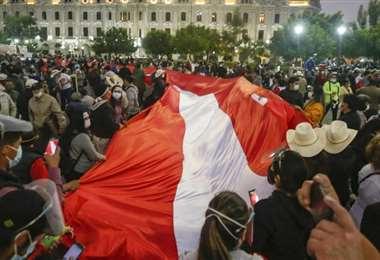 Simpatizantes de Pedro Castillo muestran una bandera peruana en un mitin
