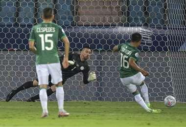 El gol de penal de Erwin Saavedra a Paraguay. Foto: AFP
