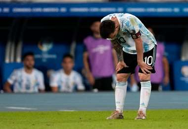 Messi observó también el mal estado de la cancha del estadio Nilton Santos. Foto: internet