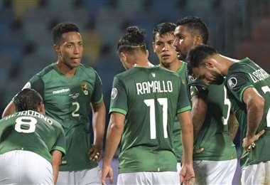 La tristeza de los jugadores bolivianos tras la derrota ante Paraguay. Foto: AFP