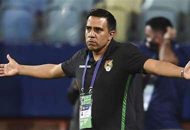 César Farías durante el partido entre Bolivia y Paraguay. Foto: AFP