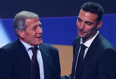 Tabárez (izq.), el más longevo, y Scaloni, el más joven de los seleccionadores. Foto: Inte