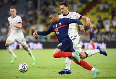 Hummels persigue a Mbappe en el partido que ganaron los franceses. Foto: AFP
