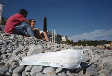 Francia anunció que la mascarilla ya no será obligatoria al aire libre. Foto: AFP