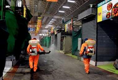 Funcionarios desinfectan en el nuevo mercado de Los Pozos. Foto: GAMSC