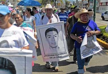 Familiares del estudiante mexicano en una de las tantas marchas para que los encuentren
