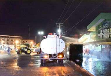 Los pasillos del mercado Abasto fueron desinfectados la noche de este martes.