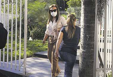 Sandra Velarde, exejecutiva de la Alcaldía, saliendo de la Fiscalía