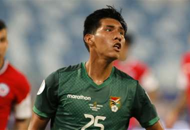 Jeyson Chura se estrenó con la selección mayor de Bolivia. Foto: AFP