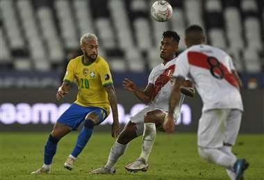 Neymar enfrenta a Renato Tapia, de Perú. Foto: AFP