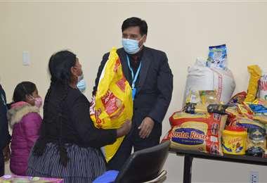 Ministro Quelca entrega la donación a la señora Apaza.