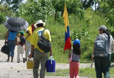 Las familias se desplazan por los combates entre las fuerzas armadas y guerrilleros
