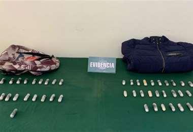 A los aprehendidos se les secuestró capsulas ovoides con pasta base de cocaína y marihuana