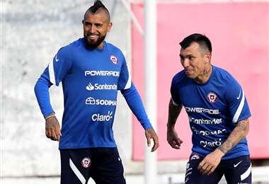 Arturo Vidal (izq) junto a Gary Medel, ambos de la selección chilena. Foto: AFP