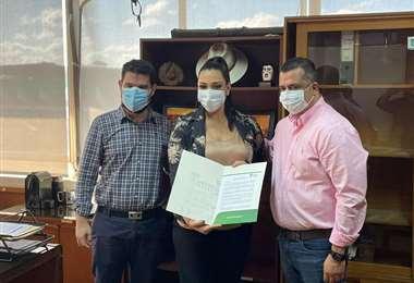 Efraín Sánchez y Fernando Parejas, flanquean a Katherine David