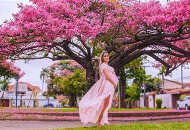 Mujer embarazada frente a un toborochi. La autora es Tatiana Suárez