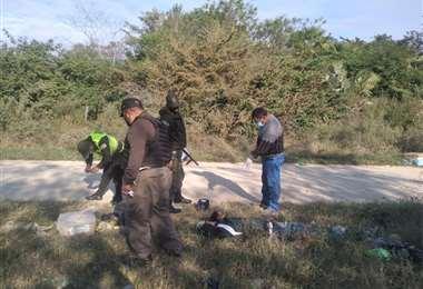 El cuerpo fue encontrado por los vecinos en un camino de tierra Foto: Policía