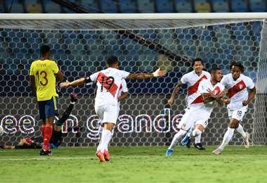 La celebración de los jugadores peruanos que este domingo vencieron a Colombia. Foto: AFP