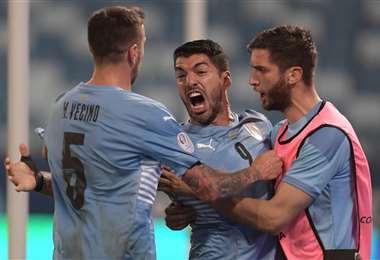 El festejo de Luis Suárez con sus compañeros tras su gol a Chile. Foto: AFP