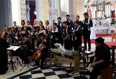 Ana Karin Rendón dirige al Coro Municipal Santa Cecilia en la actualidad