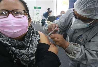 Continúa la vacunación en Bolivia. Foto Archivo