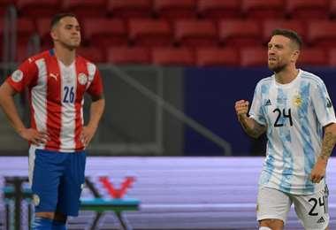 El festejo de Papu Gómez tras su gol a Paraguay. Foto: AFP