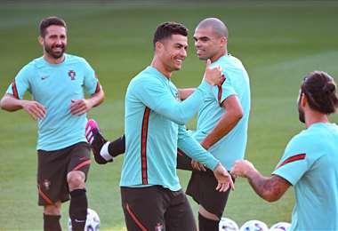 Cristiano Ronaldo bromea con sus compañeros de la selección de Portugal. Foto: AFP