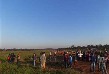 Foto Carlos Quinquiví: más de mil personas se asentaron en la faja de aterrizaje.