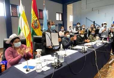 Sánchez promulgó la ley departamental este martes. Foto ALD Cochabamba