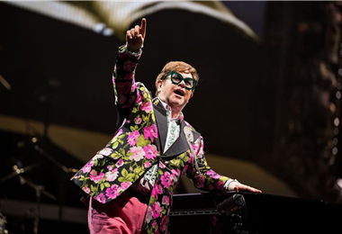 Elton John en una de sus actuaciones