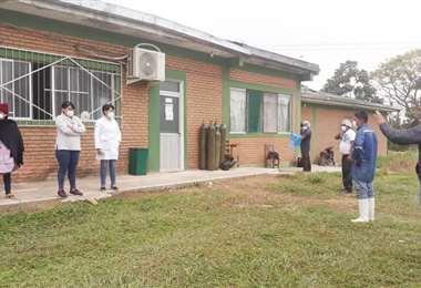 Familiares de pacientes con covid en las afueras del hospital. Foto: Soledad Prado